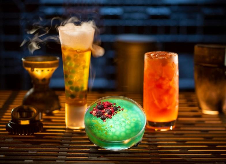 Bebidas coloridas en vasos divertidos
