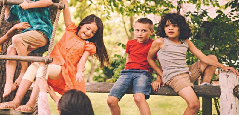 Niños jugando en un árbol