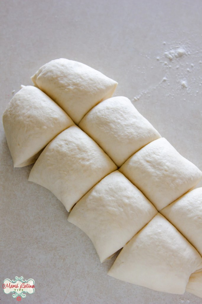 masa de pan cortada en 8 piezas