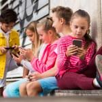 kind toe aan een eerste mobieltje