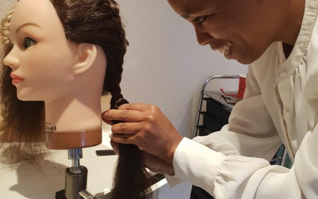Leren haren vlechten tijdens vlechtworkshop