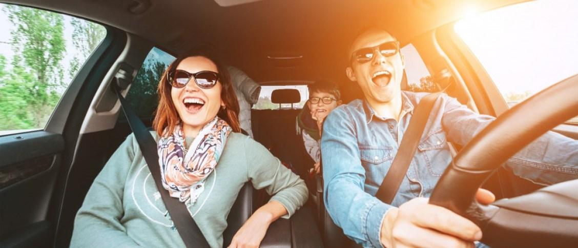 gezin in auto