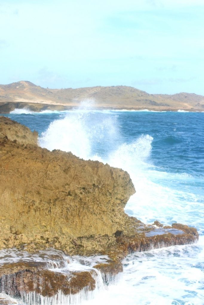 turquoise waves in aruba
