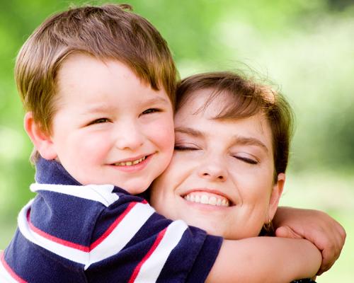 Petit garçon qui fait un gros câlin à sa maman
