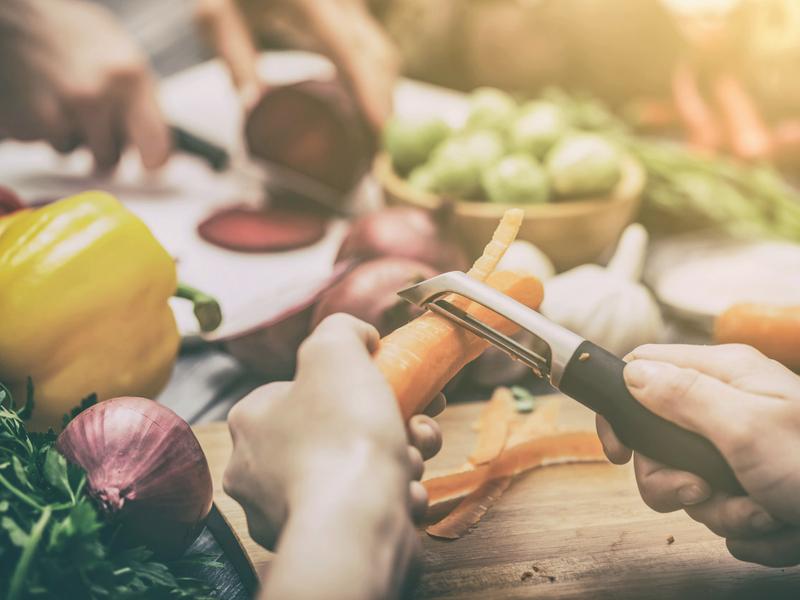 Grâce au batch-cooking, vous allez pouvoir cuisiner en famille.