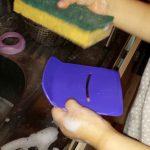 On frotte la vaisselle avec une éponge