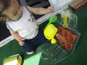 Bébé Qui Déchire et ses outils de jardinage