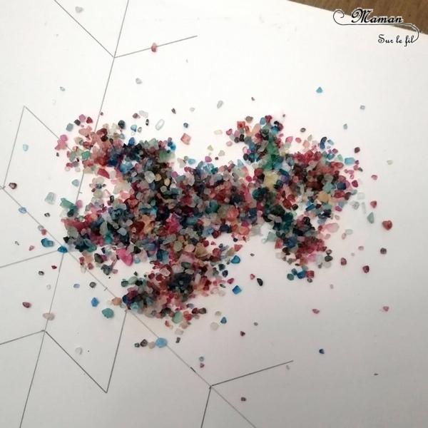 Activité créative enfants - créer un flocon de neige avec du gros sel coloré et de la colle - Collage et géométrie - travail des angles avec rapporteur et mesures avec une règle - relief et récup - Arts visuels - maternelle - cycles 2 et 3 - RV Sur Le Fil - Froid polaire - Hiver - mslf