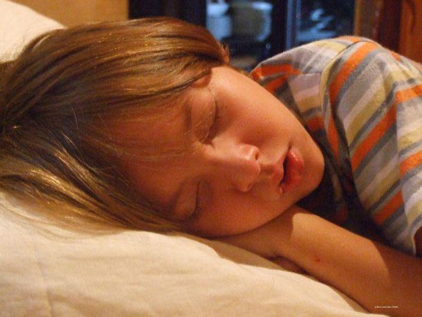 niño durmiendo tranquilamente