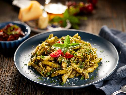 Shutterstock Door zi3000 gezonde maaltijd Pasta pesto met gegrilde kip