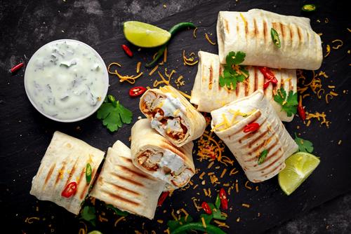 Shutterstock Door DronG gezonde maaltijd Wraps met kip, sla en tzatziki