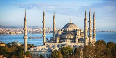 Ponte Immacolata ad Istanbul e dal 6 al 9 Dicembre - 3 Notti Quota per persona euro375 e NESSUNA RIDUZIONE TERZO LETTO ADULTO SUPPLEMENTO SINGOLA euro60 e LA QUOTA COMPRENDE Volo di linea Turkish Airlines con pasti a bordo, tasse aeroportuali nella misura di euro 142 ndash eventuali incrementi verranno richiesti allrsquoemissione biglietteriatrasferimenti aeroporto hotel aeroporto, 3 notti con sistemazione in hotel 4 stelle centro storico ndash HOTEL VICENZA, o similare con trattamento bed  breakfast, visita guidata della citt in italiano, assicurazione medico bagaglio ed annullamento Assistenza in loco e LA QUOTA NON COMPRENDE Extra in genere e tutto quanto non espressamente previsto ne ldquoLa quota comprenderdquo e Vicenza Hotel Situato nel cuore di Istanbul, a soli pochi passi dalla stazione della metropolitana di Vezneciler, il Vicenza Hotel vanta moderne camere moderne, una piscina allultimo piano con vista panoramica sul centro storico, una piscina coperta e una vasca immersione ad acqua fredda Tutte le sistemazioni dellHotel Vicenza sono dotate di ambienti contemporanei con mobili in legno, aria condizionata, TV satellitare a schermo piatto, minibar e set per la preparazione di t e caff Presso il ristorante Venezia potrete gustare specialit alla carta a base di pesce e della cucina ottomana e italiana, mentre nel Vittoria Caf  Bar vi attendono pasti leggeri, snack e bevande A vostra disposizione il centro benessere Alpheus con massaggi rilassanti, sauna e tradizionale bagno turco Lalbergo dista 1,3 km dal Grand Bazaar, 15 km dallAeroporto di Istanbul-Atatrk e 5 minuti di cammino dalla fermata tranviaria di Laleli, che vi consentir raggiungere facilmente le altre zone cittadine
