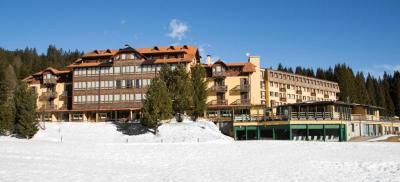 TH Golf Hotel Campiglio Madonna di Campiglio - Trentino e Periodo 26-30 Dicembre - 4 Notti e Mezza pensione bevande escluse Quota per persona in sistemazione Deluxe euro884 e QUOTA FAST SCONTO DEL 12 SULLA QUOTA SOGGIORNO QUOTA EASY SCONTO DEL 6 SULLA QUOTA SOGGIORNO SOGGETTO A DISPONIBILIT e 34 LETTO CHD 3-15 ANNI NC 50 RID 34 LETTO AD 30 e SUPPLEMENTO CAMERA FAMILY 22 PLUS euro91 A CAMERA AL GG e FLINKY CARD FINO A 3 ANNI NC euro18 AL GG DA PAGARE IN AGENZIA e Quota di iscrizione comprende assicurazione medico bagaglio AD euro35 CHD 3-15 ANNI euro21 e Hotel Campiglio Situato sui pendii di Campo Carlo Magno, a 5 minuti a piedi dagli impianti di risalita del Grost, il Golf Hotel Campiglio offre varie attivit sportive e per il benessere, su richiesta e a pagamento Di fronte al Golf Hotel troverete alcune piste da sci di fondo e percorsi per il trekking La struttura mette inoltre a vostra disposizione un deposito sci, un servizio di biciclette a noleggio e un campo da golf a 9 buche Alloggerete in camere ampie e confortevoli, tutte dotate di TV LCD e in numerosi casi impreziosite da una vista sulle Dolomiti del Brenta Il Golf Hotel Campiglio fornisce le navette in omaggio per il centro di Madonna di Campiglio, con partenze ogni 30 minuti Presso questo albergo apprezzerete inoltre un piano bar con programma di intrattenimento, un miniclub per bambini, una sala per i giochi e un ristorante con vista sulle montagne