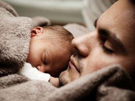 samen slapen in bed, baby, peuter, kleuter bij mama en papa in bed slapen