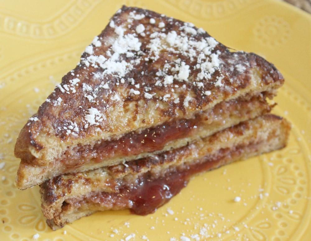 sandwich de tostada francesa relleno con mermelada de fresas