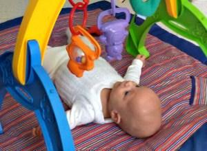 El bebé y sus mil objetos.