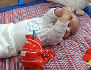bebé, manos, jugar, desarrollo, estimulación, 5 meses, romina tibytt, mamá xxi