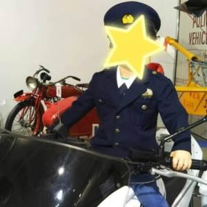 警察の制服を着て白バイやヘリコプターに乗れます