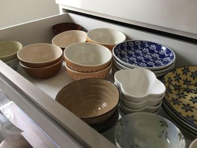 持たない暮らしのキッチン 食器棚の中もシンプルに食器を増やさない