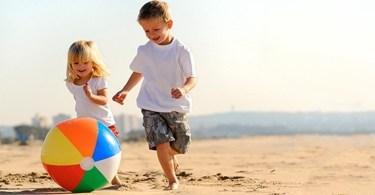 Cum tii copilul ocupat la plaja
