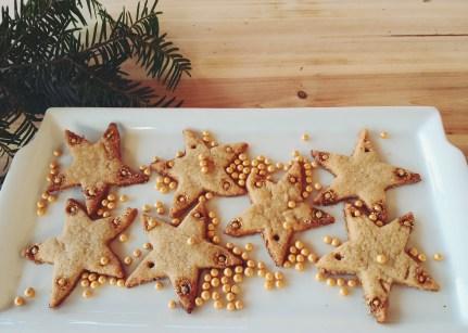 Des billes de sucre dorées qui fondent à la cuisson et laissent une fine couche de feuille d'or sur les sablés.