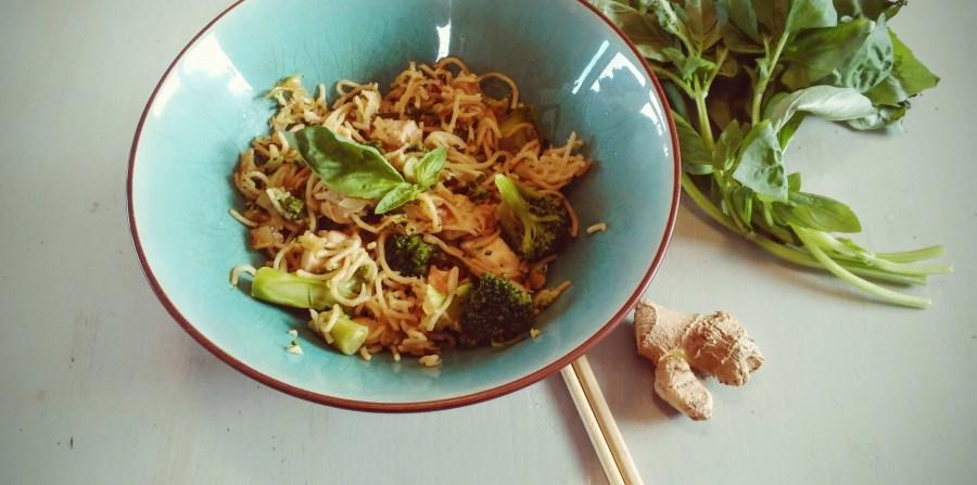 Nouilles sautées au brocolis, poulet et gingembre frais
