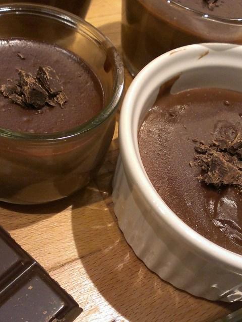 petits pots de crème au chocolat décorés de copeaux de chocolat noir