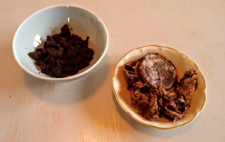 Récupérer environ la moitié d'un bol de marc de café usagé, directement dans le filtre ou les dosettes de votre cafetière.