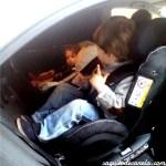 Los niños en coche, a contramarcha