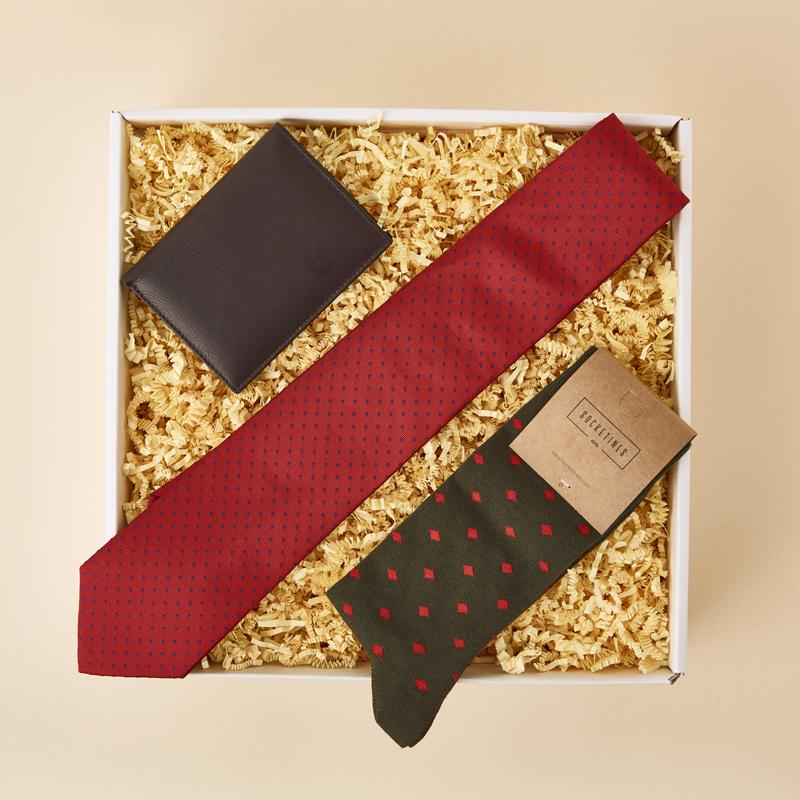 Caja de regalo para un hombre elegante. Enriqueta regala bonito. Regalos para el día del padre 02