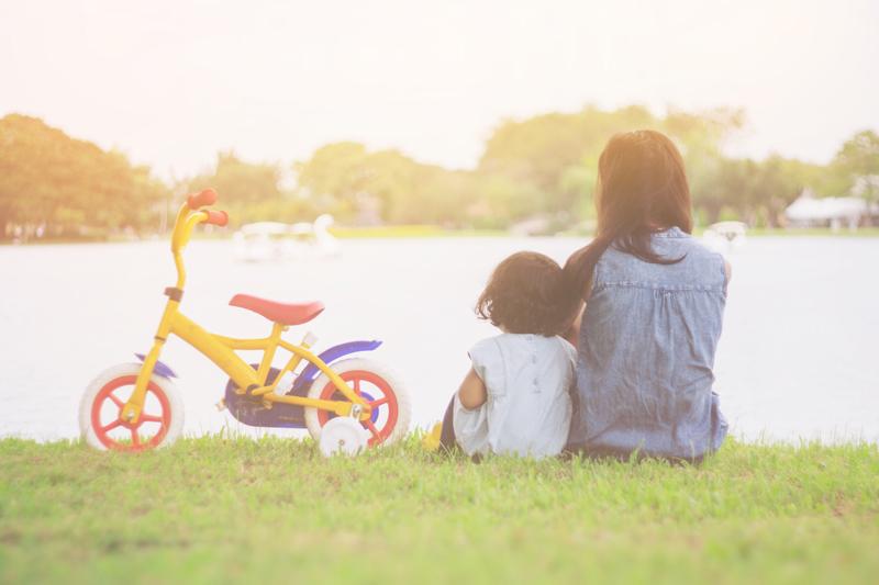 madre e hija mirando un lago