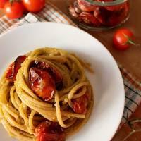 Spaghetti con pesto di zucchine e pomodori Confit