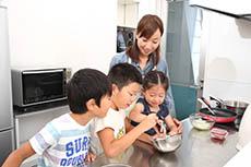 料理をする親子8(小)