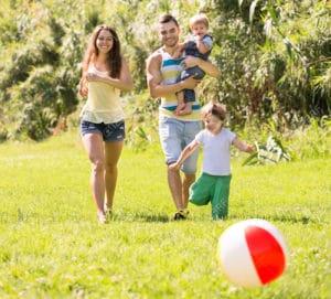 34828908 Genitori felici con due bambini che giocano con una palla e un camminare all aperto Archivio Fotografico 300x271 - Giochi per bambini: come stimolare la fantasia