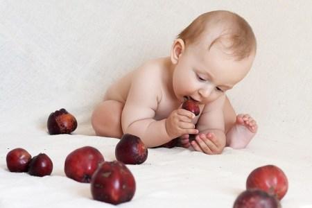 bambini che mangiano con le mani