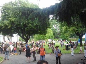 Il giardino della Fondazione pieno di famiglie.