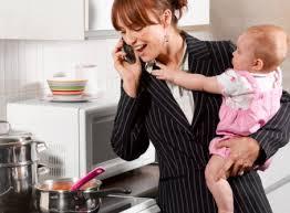 mamma che lavora e cucina