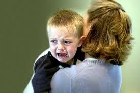 bambino che piange al nido