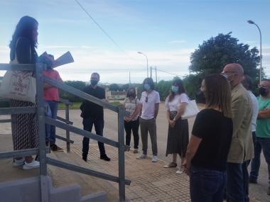 La delegada responsable de l'Escorxador, Cristina Capó, explica al director general d'Agricultura, als grups municipals de l'oposició i als sindicats agraris les reformes fetes fins ara a l'Escorxador municipal.