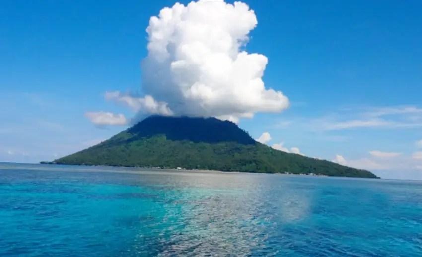 eksotisme wisata di pulau manado tua (by kompasiana.com)