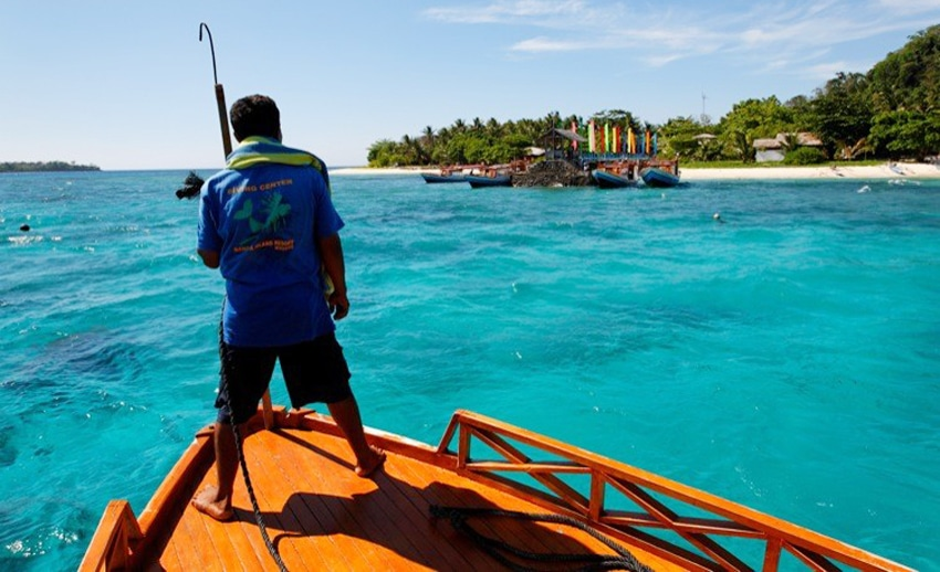 kapal motor menuju dermaga pulau gangga (by balibookingservices.com)