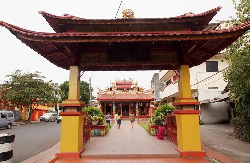 kuil-ban-hin-kiong-terletak-di-kawasan-pecinan-manado