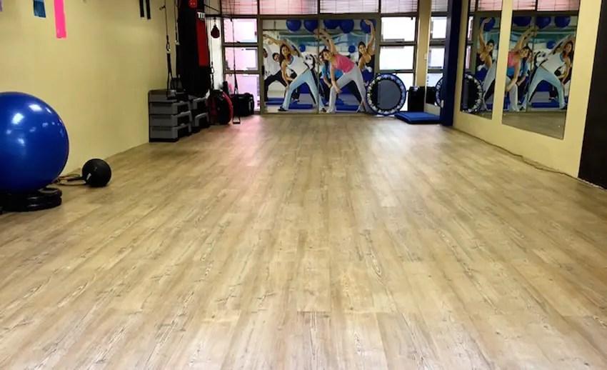 lantai vinyl merk meigan elegan diaplikasikan pada studio gym