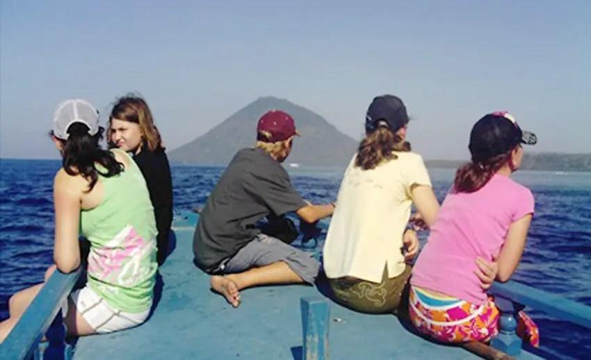 menuju ke pulau manado tua dengan perahu motor (by wisatamanado.info)