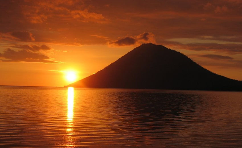 panorama sunset berlatar pulau manado tua (by id.worldmapz.com)