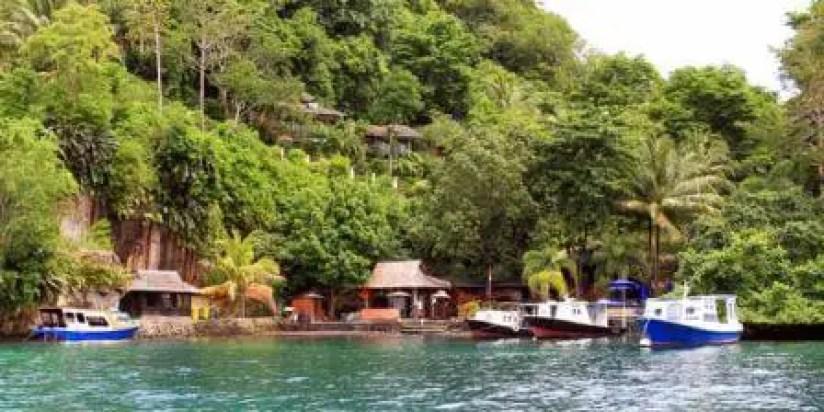 speedboat sandar di pulau cantik ini
