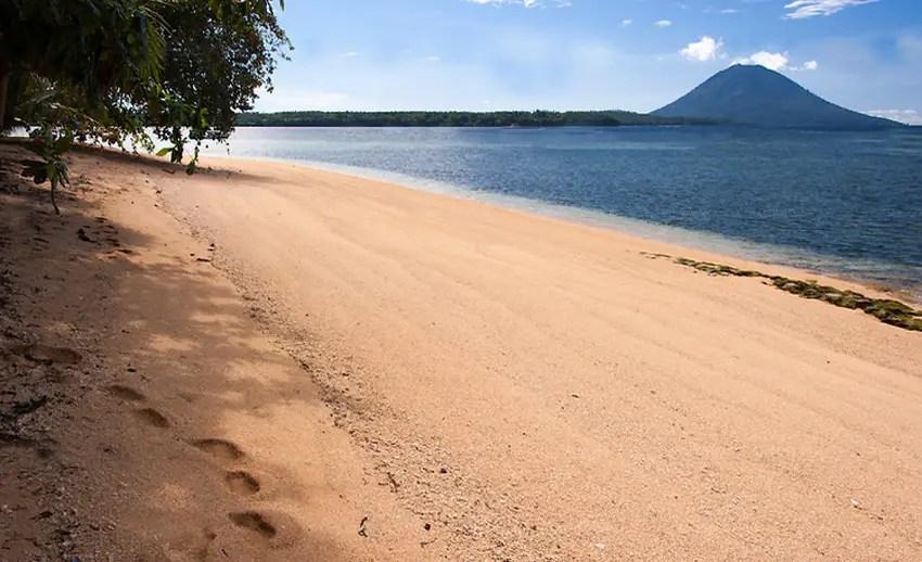 view pulau manado tua dari pulau siladen (by rickcollier.photoshelter.com)