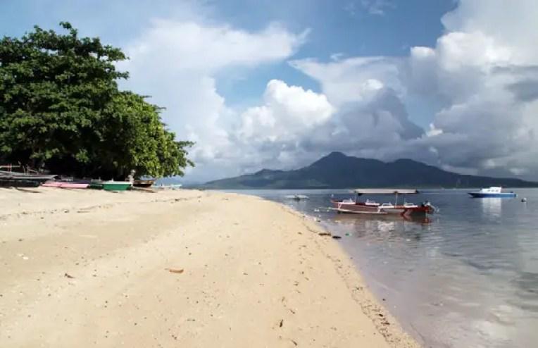 sejumlah perahu nelayan bersandar di pulau bunaken