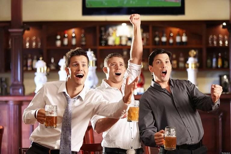 pełny pub podczas sezonu piłkarskiego