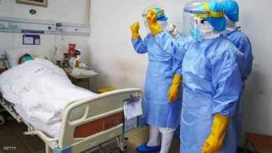 لأطباء صينيين مع مصاب بكورونا في إحدى المستشفيات